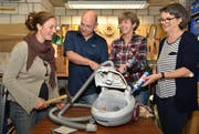 Der Vorstand des Vereins Repair-Café Bischofszell kümmert sich um einen defekten Staubsauger: Isabelle Rey, Thomas Sutter, Yvonne Sutter und Marianne Fontanive. (Bild: Yvonne Aldrovandi-Schläpfer)