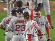 Nichts ist süsser: Die Spieler der Boston Red Sox feiern ihren 16:1-Triumph letzte Nacht in New York (Bild: KEYSTONE/FR51951 AP/BILL KOSTROUN)