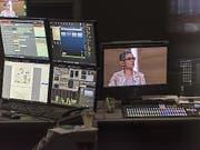 Blick in die Regie während der Aufzeichnung einer SRF-Sendung. Rund 200 Stellen sollen bei der Rundfunkanstalt in den nächsten vier Jahren wegfallen. (Bild: Keystone/CHRISTIAN BEUTLER)