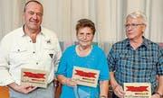Rita Schuler aus Steinen gewann die «Bote»-Jassmeisterschaft. Alois Zgraggen, Schattdorf (links), wurde Zweiter. Auf dem dritten Rang landete Ferdy Lindauer, Brunnen.(Bild: Ernst Immoos/bote.ch)