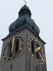Verwirrliche Zeitangaben am Kirchturm der katholischen Kirche von Degersheim. (Bild: Andrea Häusler)