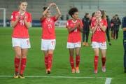 Die Schweizer Fussballerinnen jubeln nach dem Spiel. (Bild: KEYSTONE/Marcel Bieri)
