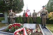 Polnische Wachen stehen am Grabstein von Konstanty Rokicki. (Bild: Roger Grütter (Luzern, 9. Oktober 2018))