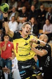 Bo Spellerberg (links) im Spiel gegen Pfadi Winterthur. (Bild: Benjamin Manser)