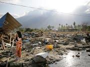 Bisher über 2000 Tote geborgen: Anwohnerin im zerstörten Palu auf Sulawesi. (Bild: KEYSTONE/AP/AARON FAVILA)