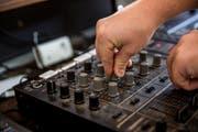 Einen grossen Teil des DJ-Handwerks brachte sich Dominic Holzer selber bei. (Bilder: Mareycke Frehner)