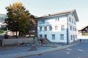 Gemäss Inschrift wurde das Haus im Zentrum von Brunnadern im Jahr 1620 erbaut. Es befindet sich zurzeit in Besitz der Gemeinde Neckertal und soll nun zusammen mit der Scheune verkauft werden. (Bild: Urs M. Hemm)