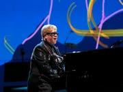 Der britische Popstar Elton John auf Abschiedstournee: Seine Show «Farewell Yellow Brick Road» ist inspiriert von der gelben Ziegelstrasse aus dem Zauberer von Oz. (Bild: KEYSTONE/AP Invision/BRENT N. CLARKE)