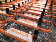 Migros-Angestellte dürfen sich auf mehr Lohn freuen. Mit einem der Sozialpartner kam allerdings keine Einigung zustande. (Bild: KEYSTONE/GAETAN BALLY)