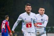 61. Minute: Die Luzerner Stefan Knezevic (links) und Ruben Varga bejubeln das Führungstor. Bild: Martin Meienberger/Freshfocus (Chiasso, 1. November 2018)