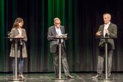 Diksussionsrunde auf der Bühne im Dreispitz: Die Kandidaten Seraina Perini und Markus Baiker stellen sich den Fragen von Moderator Edgar Sidamgrotzki (Mitte).