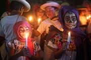 """Zwei Mädchen huldigen ihren toten Vorfahren am """"Tag der Toten"""" in Mexiko. (Bild: EPA/ALONSO CUPUL)"""