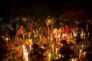 Menschen in Oaxaca, Mexiko, besuchen ihre Angehörigen auf dem Friedhof. (Bild: EPA/Mario Arturo Martãnez)