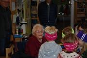 Die Übergabe der gestrickten Leuchtstirnbänder hat Bewohnerinnen des Altersheims mit den Kindergärtlern zusammengeführt. (Bild: Flurina Lüchinger)