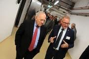 Johann Schneider-Ammann auf dem Rundgang mit VR-Präsident Hansruedi Aggeler.