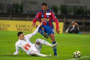 Luzerns Ruben Vargas (links) kann gegen Chiassos Battista Facundo klären. (Bild: Pablo Gianinazzi / Keystone (Chiasso, 1. November 2018))