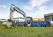 Bichler und ein Teil der Belegschaft feierten den Spatenstich des Neubaus an der Schützenmattstrasse in Wattwil. (Bild: PD)