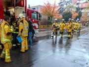 Die Genfer Feuerwehr stand in der Nacht auf Donnerstag im Dauereinsatz. Bei einem Löscheinsatz in einer Tiefgarage im Vorort Petit-Lancy am frühen Morgen wurde ein Feuerwehrmann verletzt. (Bild: KEYSTONE/MARTIAL TREZZINI)