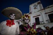 """Die Kostümierung gehört zum """"Tag der Toten"""" in Mexiko. (Bild: AP Photo/Rodrigo Abd)"""