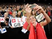 Lea Sprunger lässt sich von den Schweizer Fans feiern. (Bild: KEYSTONE/JEAN-CHRISTOPHE BOTT)