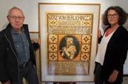 Zunftschreiber Hermann Sieber und Kuratorin Helga Sandl mit einem von Carl Roesch gestalteten Plakat. (Bild: Ernst Hunkeler)