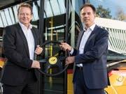 Christian Plüss (rechts) übernimmt das Steuer vom interimistischen PostAuto-Chef Thomas Baur. (Bild: KEYSTONE/PETER SCHNEIDER)