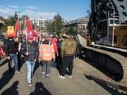 Auf der Grossbaustelle am Berner Bahnhof haben hunderte Bauarbeiter am Donnerstagmorgen gegen mögliche Verschlechterungen im Gesamtarbeitsvertrag protestiert. (Bild: KEYSTONE/PETER SCHNEIDER)