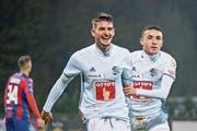 61. Minute: Die Luzerner Stefan Knezevic (links) und Ruben Vargas bejubeln das Führungstor. (Bild: Martin Meienberger/Freshfocus (Chiasso, 1. November 2018))