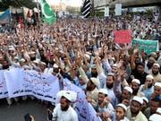 Tausende folgen in Pakistan den Aufrufen radikalislamischer Gruppen und protestieren gegen den Freispruch einer wegen Blasphemie verurteilten Christin durch das Oberste Gericht. (Bild: KEYSTONE/EPA/SHAHZAIB AKBER)