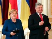 Die deutsche Kanzlerin Angela Merkel und der ukrainische Präsident Petro Poroschenko informieren nach ihrem Treffen die Medien. (Bild: KEYSTONE/AP/EFREM LUKATSKY)