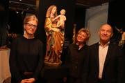 Christine Süry, Gabriele Keck und Heinz Reinhart vor der Madonna mit Kind aus dem Kloster Feldbach. (Bild: Christof Lampart)