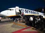 Sollte nur noch gegen Aufpreis möglich sein: Handgepäck auf einem Ryanair-Flieger. (Bild: KEYSTONE/AP/ANDREW MEDICHINI)