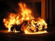 Das Auto fing beim Unfall sofort Feuer und brannte vollständig aus. (Bild: KEYSTONE/KANTONSPOLIZEI BL)