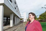 Zentrumsleiterin Irene Heggli vor dem Neubau des Alterszentrums in Bussnang. (Bild: Donato Caspari)