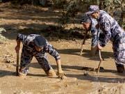 Jordanische Rettungskräfte auf der Suche nach Lebenszeichen südlich der Hauptstadt Amman. (Bild: KEYSTONE/AP/RAAD ADAYLEH)