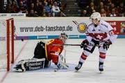 Bezwingt im Penaltyschiessen Deutschlands Goalie Niklas Treutle: Lino Martschini. (Bild: Andy Müller/Freshfocus, 10. November 2018)