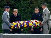 Frankreichs Präsident Macron und die deutsche Kanzlerin Merkel legten einen Kranz zum Gedenken an die Opfer des Ersten Weltkriegs nieder. (Bild: KEYSTONE/AP REUTERS/PHILIPPE WOJAZER)