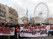 Einwohner und Verbände haben am Samstag der Opfer des Häusereinsturzes gedacht. Sie protestierten aber auch gegen die Wohnungspolitik der Stadt. (Bild: KEYSTONE/AP/CLAUDE PARIS)