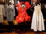 Brachten bei einer Versteigerung in New York mehrere Tausend Dollar ein: Konzertoutfits der Mitte August verstorbenen US-Soulsängerin Aretha Franklin. (Bild: KEYSTONE/EPA/JUSTIN LANE)
