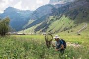 Durch mehrere Initiativen rückt der Landschaftsschutz in den Fokus. Das Bild zeigt einen Schmetterlingsforscher im Einsatz. Bild: Alexandra Wey/Keystone (Urnerboden, 30.Juni 2018)