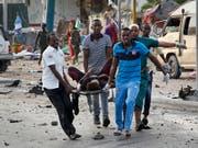 Mindestens 53 Todesopfer und über 100 Verletzte forderte der Anschlag der Terrormiliz Al-Schabaab in der somalischen Hauptstadt Mogadischu. (Bild: KEYSTONE/AP/FARAH ABDI WARSAMEH)