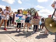 Demonstranten fordern in Miami eine Neuauszählung der Stimmen. (Bild: KEYSTONE/EPA/CRISTOBAL HERRERA)