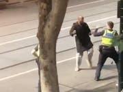 Eine Überwachungskamera hielt die Messer-Attacke in der Fussgängerzone in der Innenstadt von Melbourne fest. (Bild: KEYSTONE/EPA AAP/STR)
