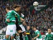 Michael Lang (Mitte, dunkles Dress) setzt sich mit Gladbach gegen Werder Bremen durch (Bild: KEYSTONE/EPA/FOCKE STRANGMANN)