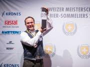 Martin Droeser, Gewinner der Schweizer Meisterschaft der Bier-Sommeliere am Samsttag im Berner Bierhübeli. (Bild: Keystone/Eliane Beerhalter)