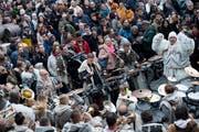 Anlässlich der Plaketten-Präsentation herrscht bereits Fasnachtsstimmmung auf dem Rathausplatz. (Bild: Pius Amrein, Luzern, 10. November 2018)