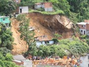 Neun Häuser sind bei einem Erdrutsch in einem Vorort von Rio zerstört worden. (Bild: KEYSTONE/EPA EFE/JOSE LUCENA)