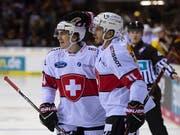 Die Schweizer Samuel Kreis und Yannick Herren freuen sich über den Sieg gegen Deutschland (Bild: KEYSTONE/GEORGIOS KEFALAS)