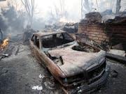 Mehrere Personen starben, als sie versuchten mit ihrem Auto vor den Flammen zu flüchten. (Bild: KEYSTONE/EPA EFE/MIKE NELSON)