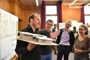 Die Architekten Fernando Sani und Max Zeller (von links) erläutern ihr Siegerprojekt. (Bild: Heini Schwendener)
